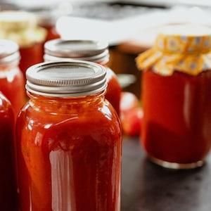 Plusieurs conserves de coulis de tomate.