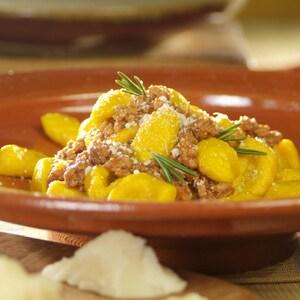 Gnocchis de courge et sauce bolognaise dans une assiette.