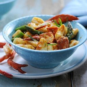 Gnocchis au homard et aux asperges dans un bol.