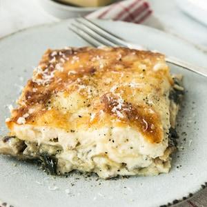 Une portion de lasagne au poulet dans une assiette.