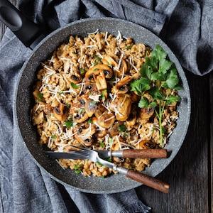 Un plat rempli de risotto aux champignons.
