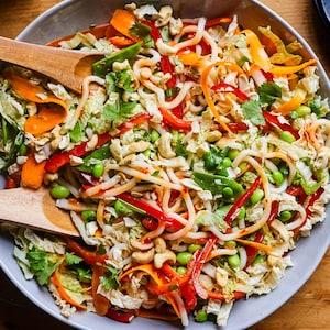 Bol de salade de nouilles udon aux edamames avec poivrons et coriandre.