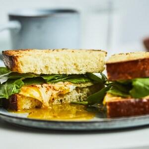 Sandwich déjeuner dans une assiette.