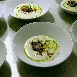 Six bols remplis de crème de chou-fleur.