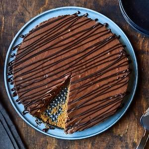 Tarte choco-chaï déposée sur une assiette.