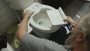 L'humoriste François Bellefeuille ajoute un bidet à sa toilette.