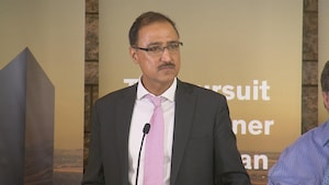 Amarjeet Sohi, député d'Edmonton–Mill Woods et ministre des Ressources naturelles lors d'un point de presse à Calgary.