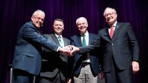 Les quatre chefs se serrent la main.