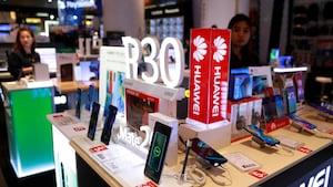 Un employé vend des téléphones intelligents Huawei P30 dans un centre commercial à Bangkok, en Thaïlande, le 22 mai 2019.