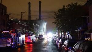 Des véhicules d'urgence stationnés près d'un incinérateur.