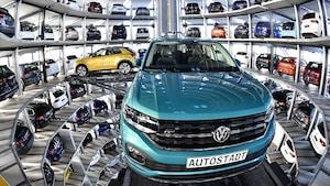 Des véhicules Volkswagen dans une tour de voitures.