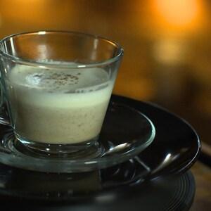 Un cappuccino de champignons dans une tasse à café.