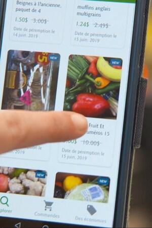 Un individu utilise une application sur son téléphone intelligent.