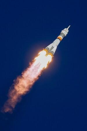 Une fusée s,envole vers le ciel.