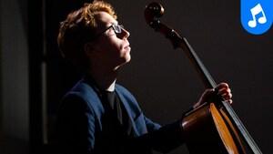 Le violoncelliste se concentre avant sa prestation.