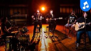 Cédrik St-Onge, Matiu (Matthew Vachon), Ivan Boivin-Flamand, Joëlle St-Pierre et Scott-Pien Picard interprètent la pièce Nikamu Mamuitun au studio 12 de la Maison de Radio-Canada.