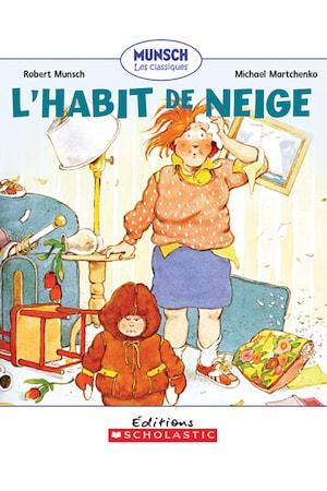 Un petit garçon porte un habit de neige brun et fronce les sourcils. Autour de lui, un salon est en désordre et sa mère est exténuée.
