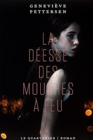 La couverture de La déesse des mouches à feu : la photo d'une adolescente sur fond noir