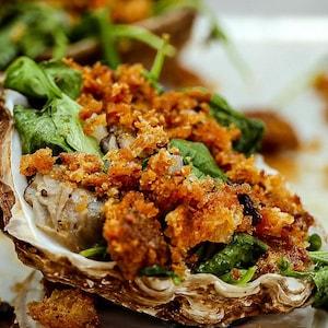 Un plateau d'huîtres au four.