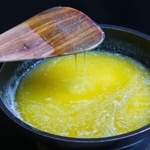 Beurre fondu dans un poêlon.