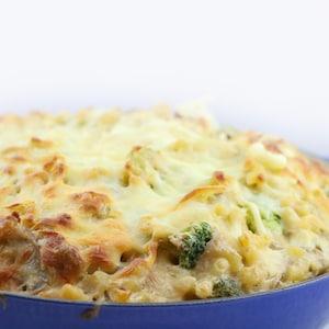 Un plat gratiné de casserole au thon.