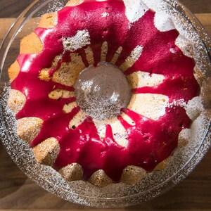 Le gâteau est dans une assiette sur pied.