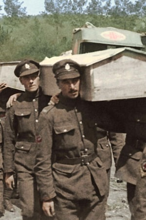 Photo d'archives : des soldats transportent des cercueils.