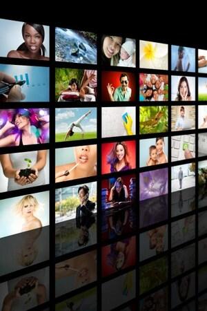 Une multitude d'émissions s'affichent sur plusieurs écrans.