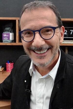 Le pharmacien Roger Simard qui sourit à la caméra.