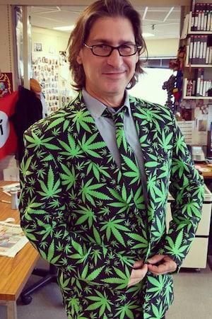 L'animateur d'Infoman pose fièrement avec son habit à motif de feuilles de pot.