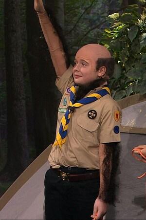 Trois enfants habillés en scouts dont un qui est chauve et poilu comme Antoine.