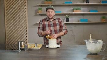 Une personne dépose des bonbons au centre d'un cake au citron.