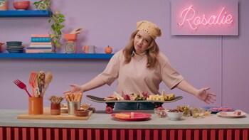 Sur un ilot de cuisine, un skate sert de plat de services pour les encas qui ont été posé sur celui-ci.
