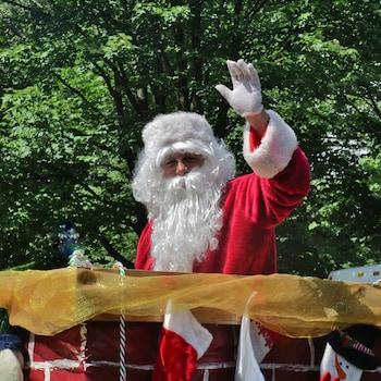 Un père Noël salue les gens.
