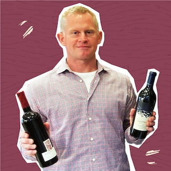 Jamie Paquin tient deux bouteilles de vin.