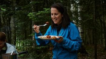 Geneviève O'Gleman mange une poutine italienne.