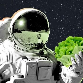 Un astronaute dans l'espace avec une botte de laitue.
