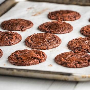 Une plaque de cuisson avec des biscuits fraîchement cuits.