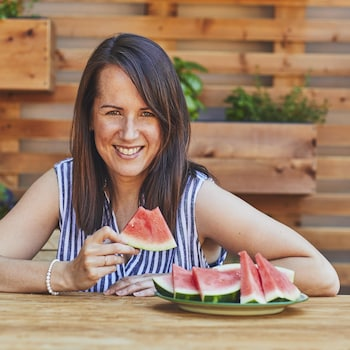 Geneviève O'Gleman qui tient une pointe de melon d'eau.