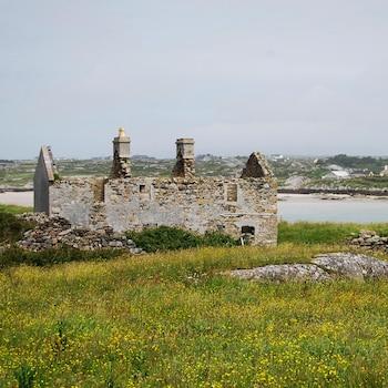 Vieux bâtiment irlandais de pierre en ruine près d'un plan d'eau.