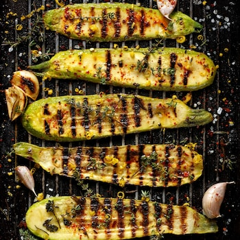 Des courgettes en tranches, grillées sur le BBQ.