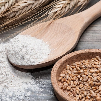 De la farine avec quelques épis de blé.