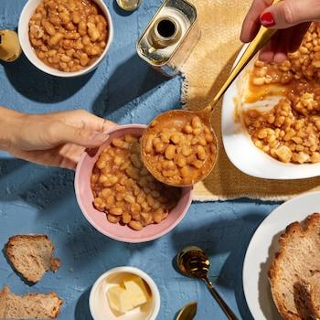 Un gros et deux petits bols de fèves aux lards, des rôties et du beurre.
