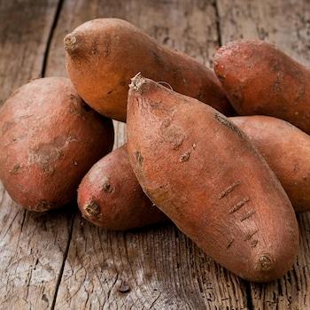 Des patates douces entières non cuites.