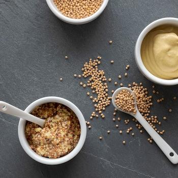 De la moutarde en grains dans un bol.