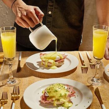 Deux œufs bénédictines recouverts de sauce.