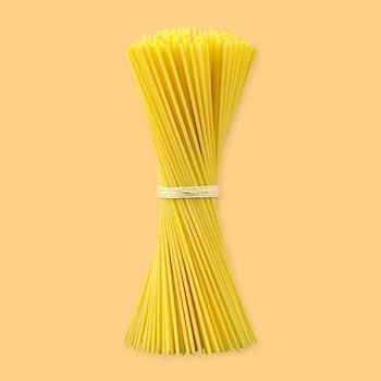 Plusieurs pâtes longues attachées avec une corde.