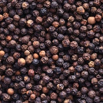 Plusieurs grains de poivre.