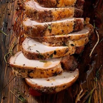 Du rôti de longe de porc coupé en tranches.