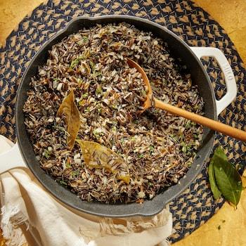 Une poêle remplie de riz sauvage.
